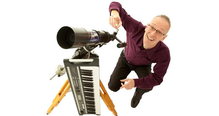 Astronomie Experte Paul Hombach mit Teleskop und Keyboard.