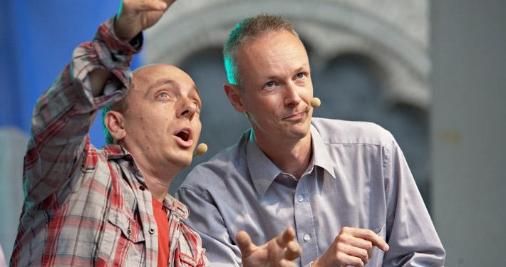 Schnappschuss von Bernhard Hoecker und Paul Hombach im Improvisationstheater beim Auftritt vor Publikum.