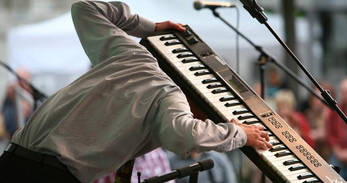 Paul Hombach mit Pauls Solo extatische Improvisation am Keyboard.